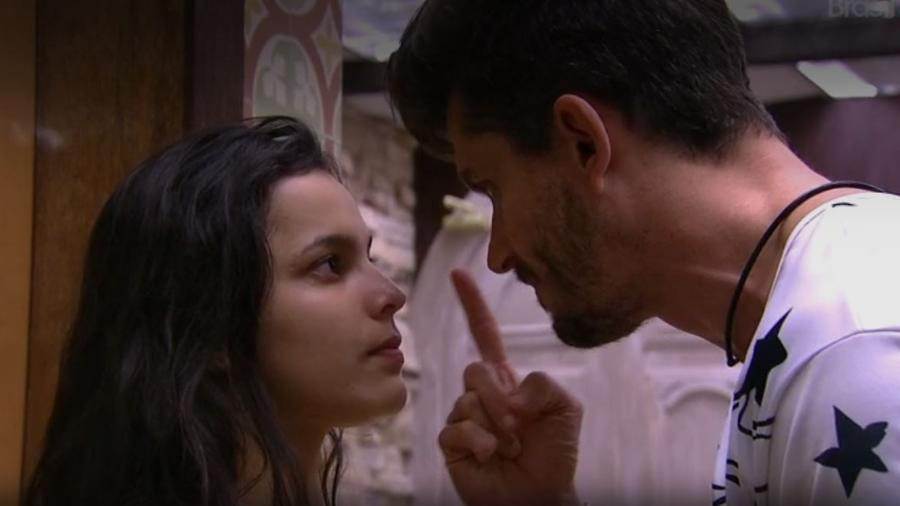 Depois de algum tempo, Emilly desabafa sobre seu namoro 'doentio' com Marcos