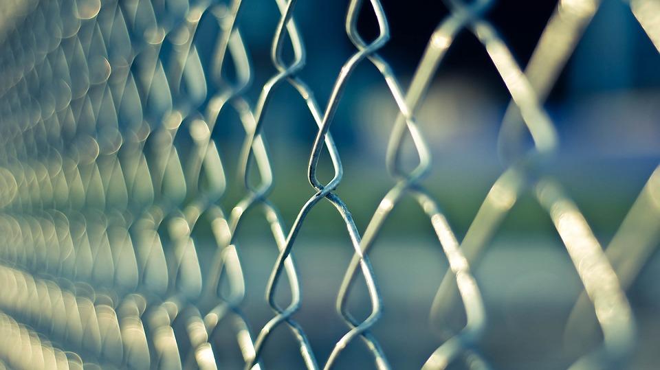 Prisioneiro recebe mensagens obscenas de carcereira e o pior acontece