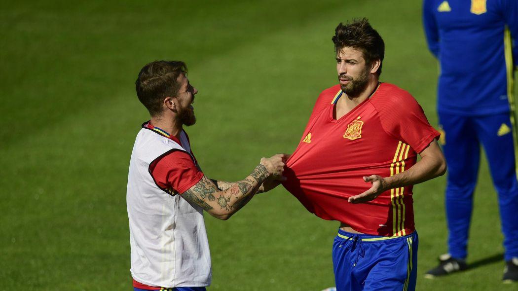 Al parecer a Sergio Ramos no le gusto lo que dijo Pique en la rueda de prensa