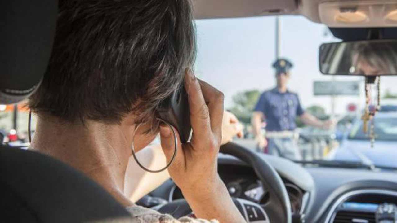 Cellulare alla guida: salta l'inasprimento delle sanzioni