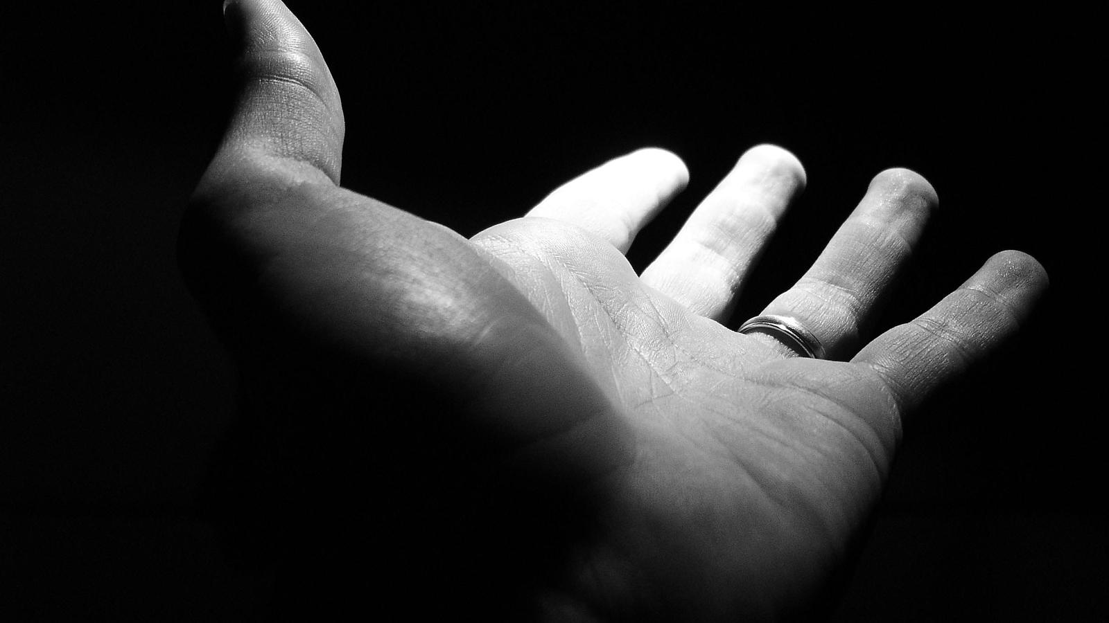 Vídeo: marido decepa mãos da esposa por ciúmes