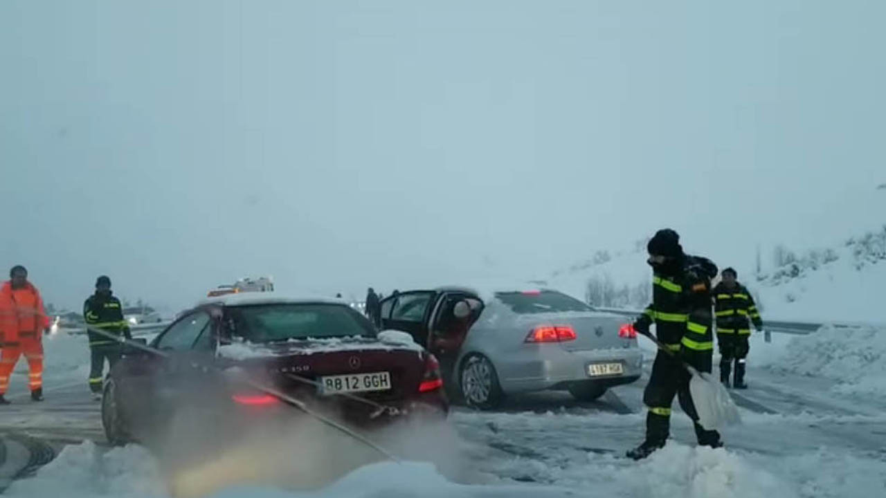 Spanish army called to rescue hundreds of motorists stuck in snow