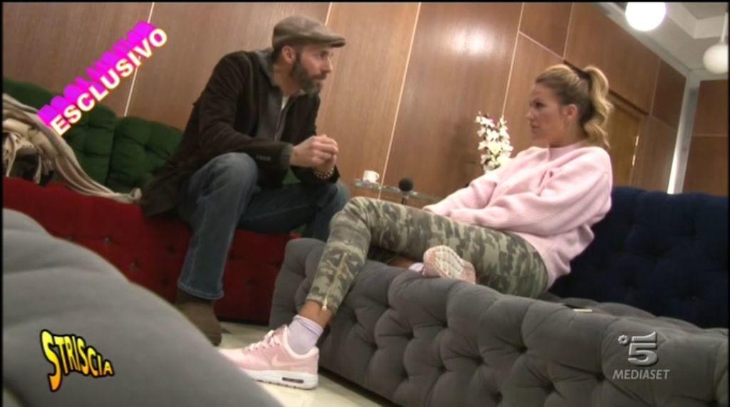 Eva Henger non sa di essere ripresa dalle telecamere e confessa tutto