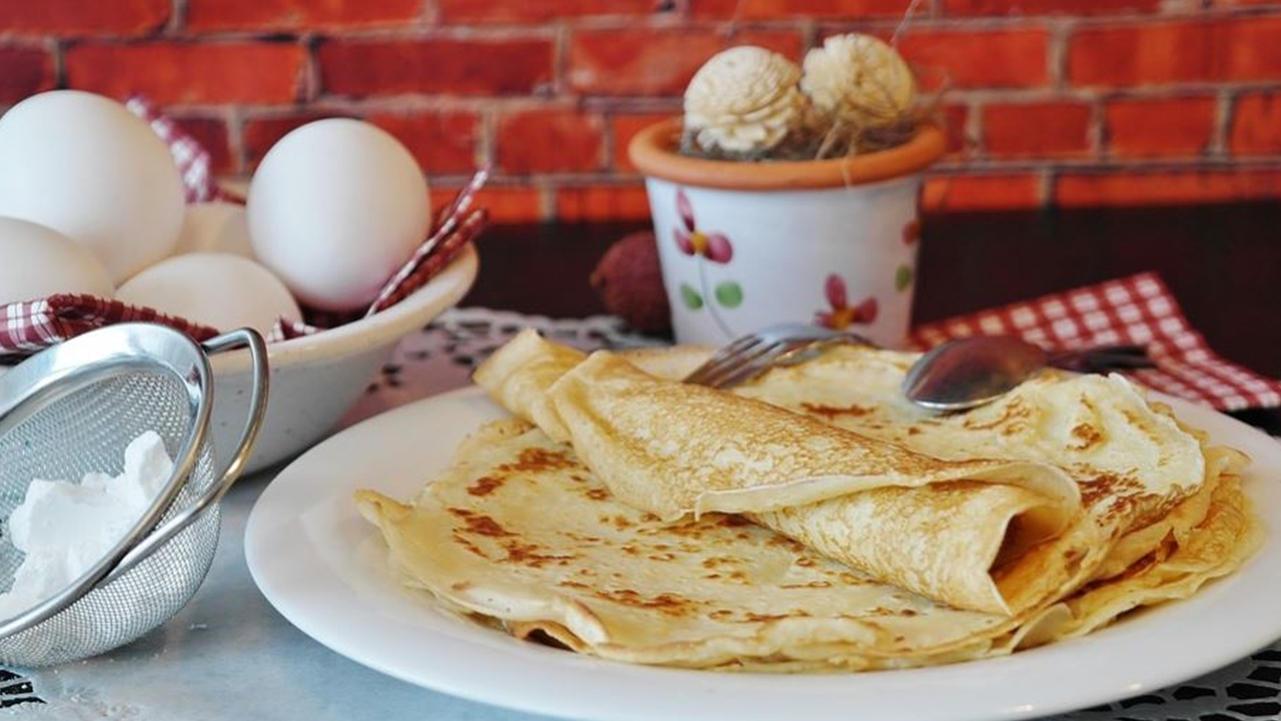 Pancakes don't need  pancake mix and food hacks to be easy