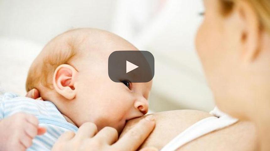 Mujer transgénero amamanta al bebé de su pareja