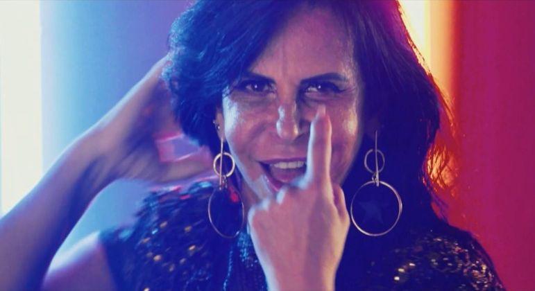 Vídeo: Gretchen faz tatuagem no rosto
