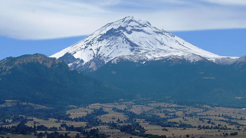 Volcán Popocatéptl emite una fumarola de 2800 metros