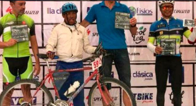 Ciclista campesino vence a los profesionales
