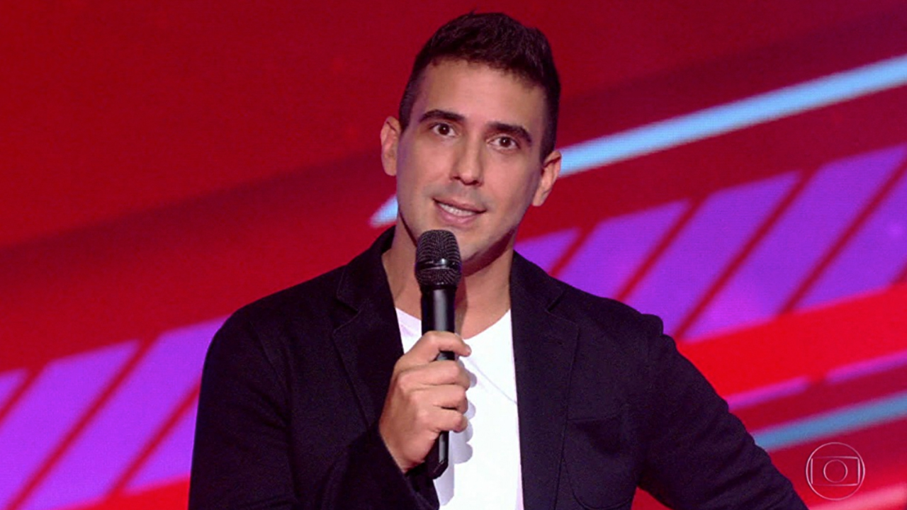 André Marques cai no choro no The Voice Kids