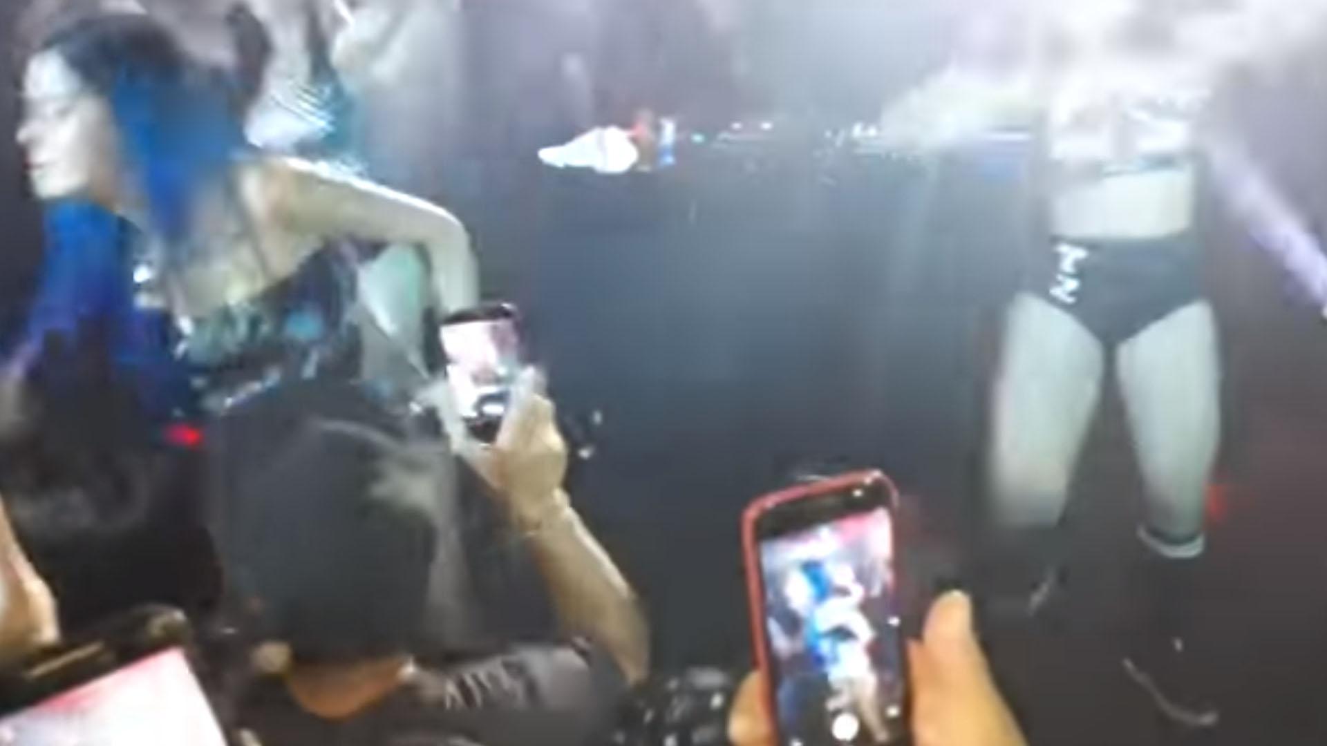 Cantora se irrita durante show e dá tapa na cara de fã, veja o vídeo