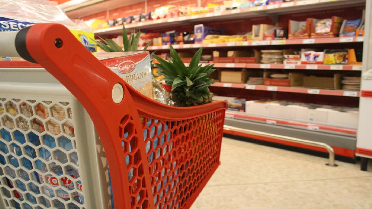 Lite a Reggio Emilia per il pagamento delle buste del supermercato