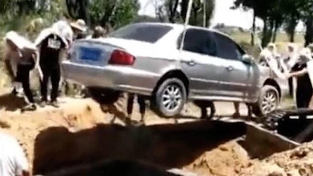 Hombre pide ser sepultado en su auto