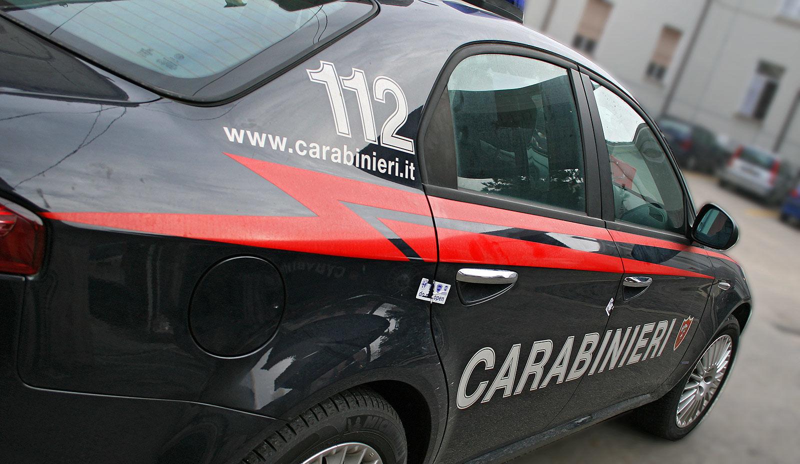 Pisa, carabinieri presi a pugni dai venditori abusivi