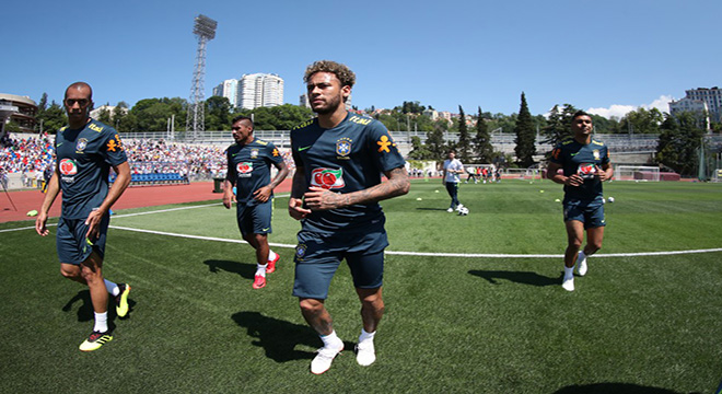 Vídeo: Brasil empolga torcida com treino aberto em Sochi