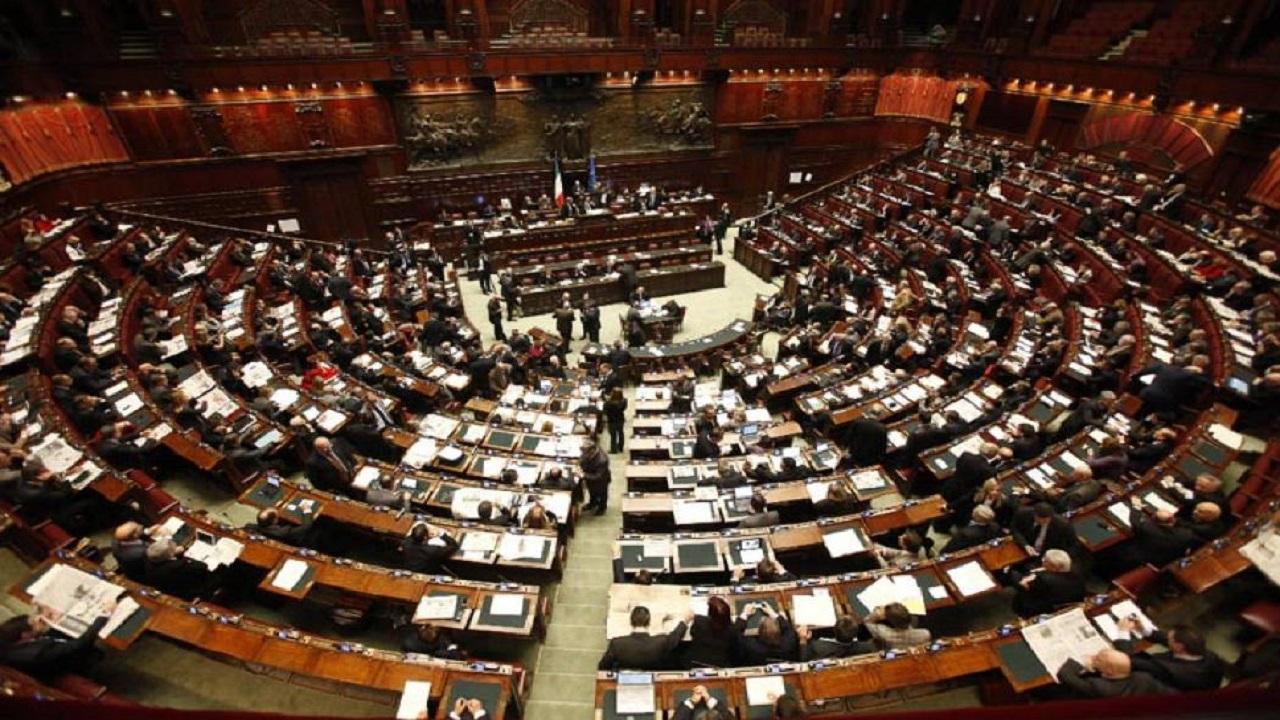 Sondaggi elettorali politici: M5S e Lega fianco a fianco, scende Forza Italia