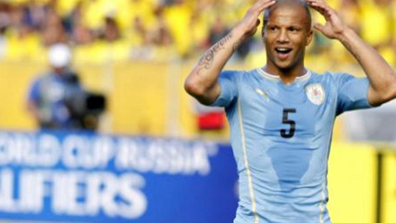 RUMOR/ Santos está perto de contratar Carlos Sánchez, meio-campo do Uruguai