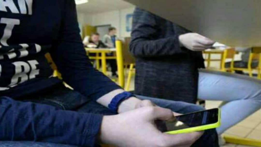 Téléhones portables interdits à l'école : la loi a été finalement adoptée