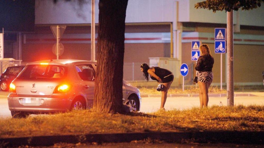 Ancona, Padre e figlio dalla stessa prostituta ad: finisce in rissa