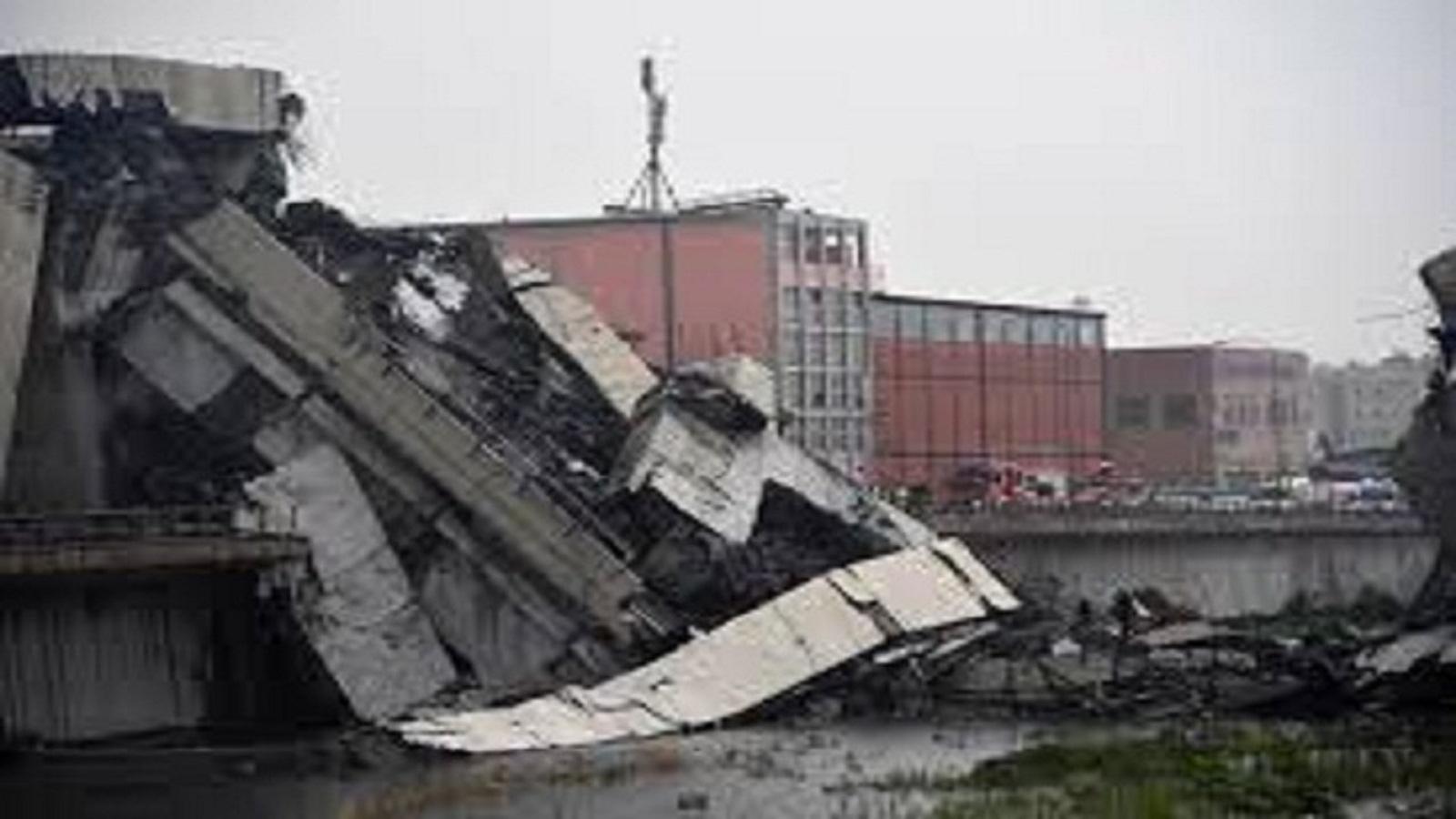 VIDEO:Un puente se derrumba en Génova dejando atrapados a varios vehículos