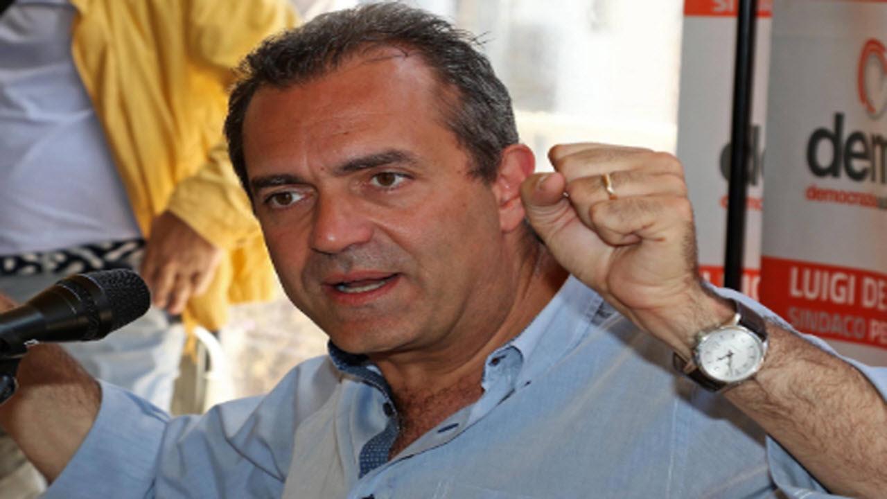 Napoli, De Magistris promette cambiamenti storici: la città avrà una sua moneta