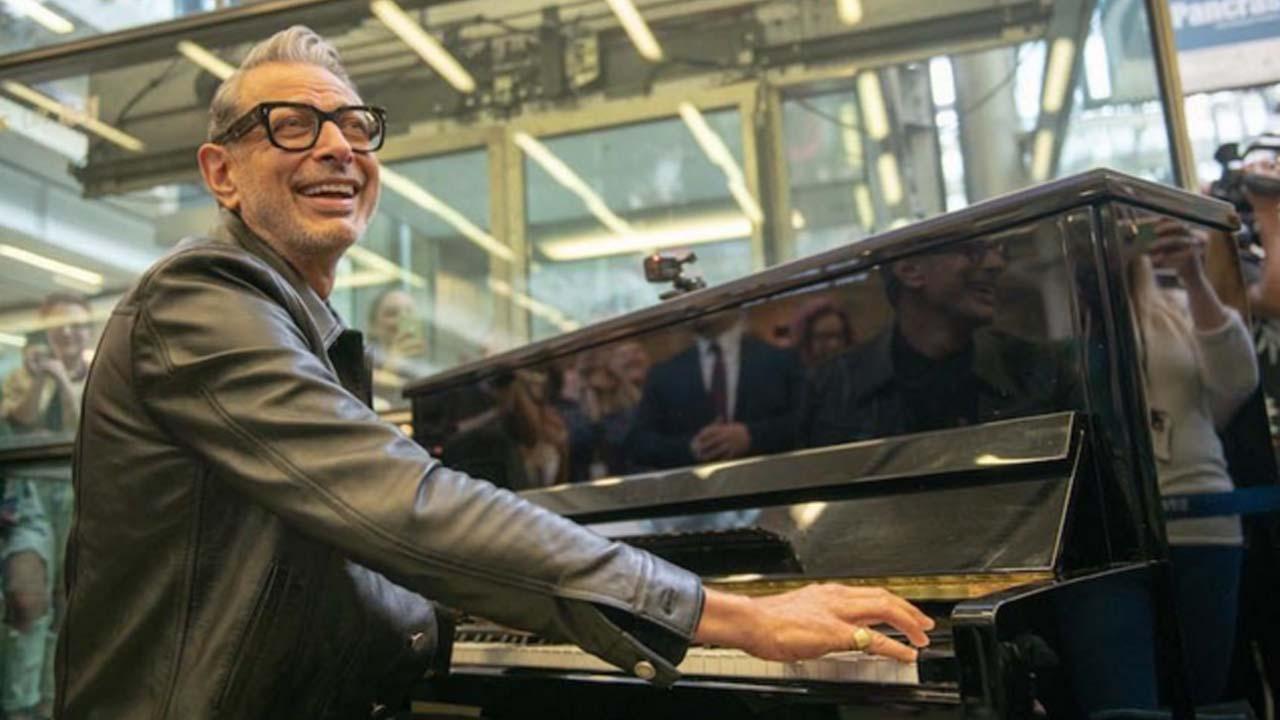 Jeff Goldblum hosts impromptu jazz session in St. Pancras Station