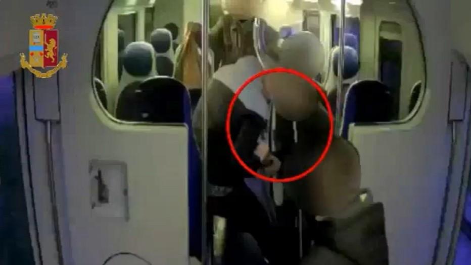 Rapina sul treno diretto a Napoli, le telecamere inchiodano i colpevoli