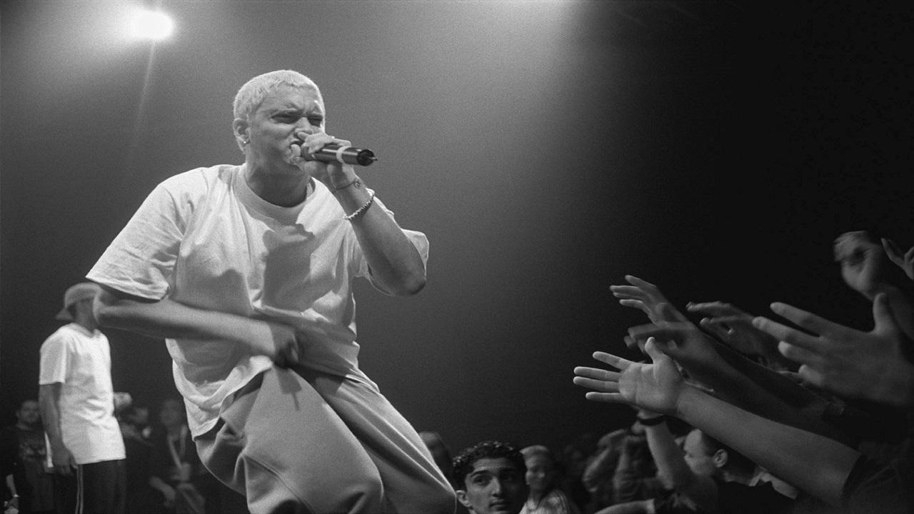 Eminem risponde alle critiche dei giornali e compra una pagina: 'Grazie st****i'