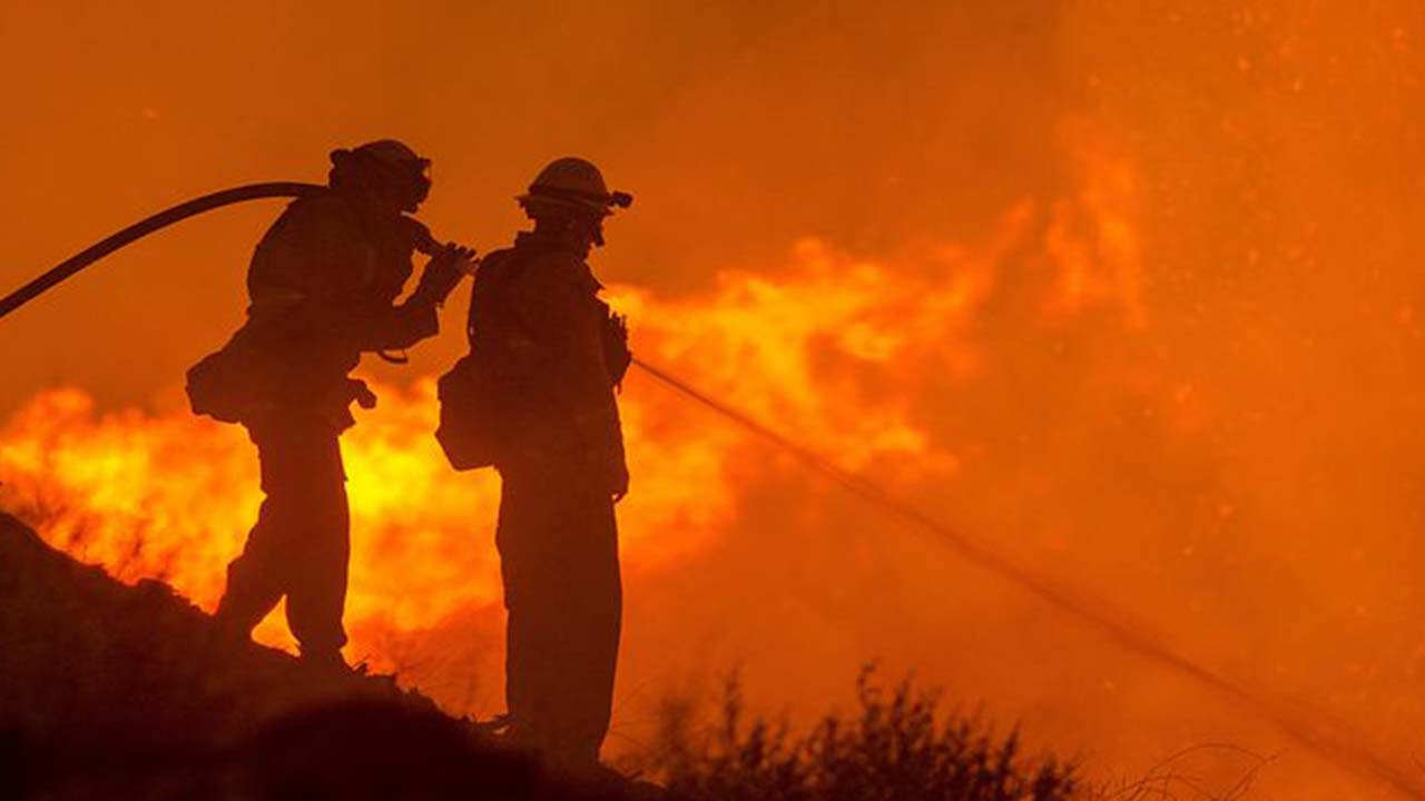 Incendio nel Pisano, a fuoco il monte Serra: paesi evacuati
