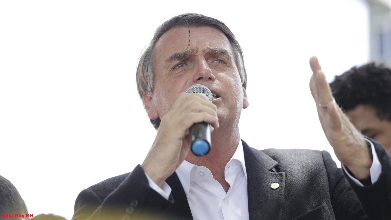 Ex-mulher de Bolsonaro ataca Folha, nega ameaça e faz campanha para o deputado