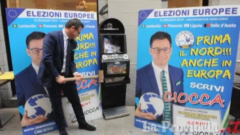 L'eurodeputato che lancia sul tavolo una scarpa per protestare contro Moscovici