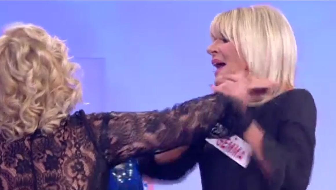 Uomini e donne, Tina prende Gemma per i capelli. L'intervento della De Filippi