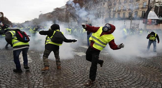 Los chalecos amarillos paralizan las calles de París