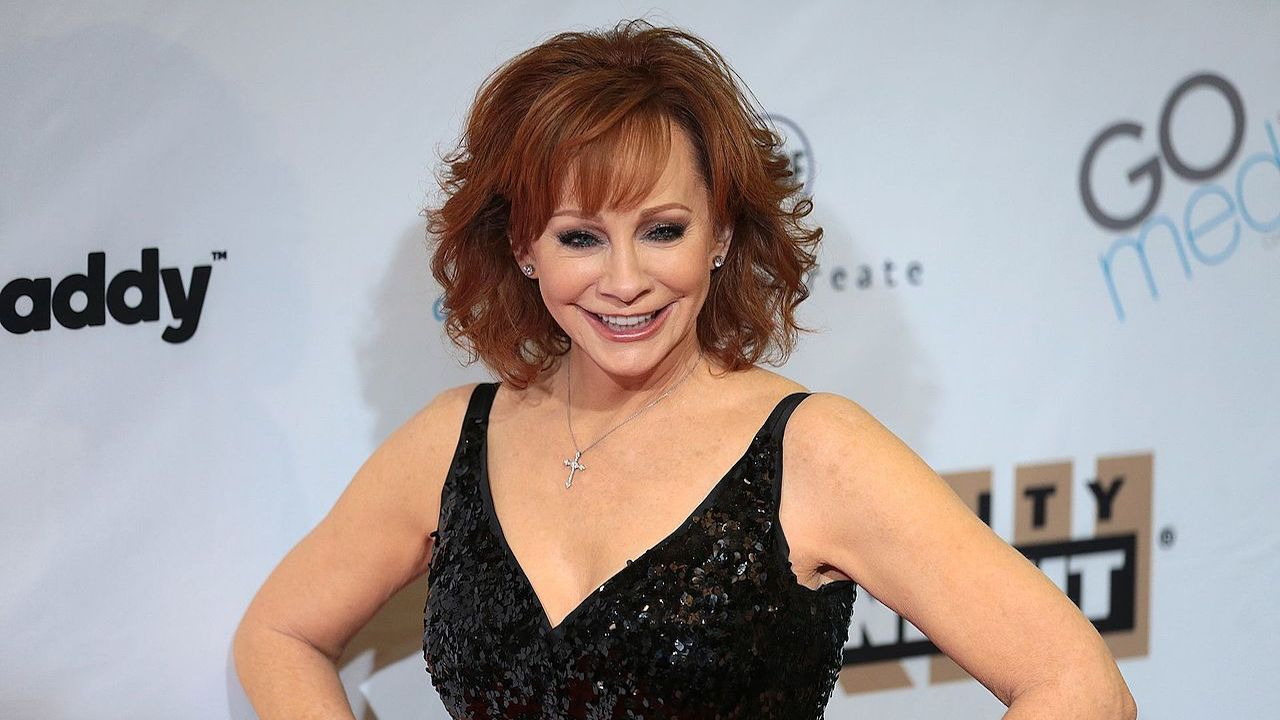 Reba McEntire, musical stars celebrate holidays on CMA special