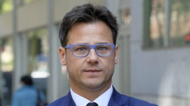 Angelo Ciocca della Lega, mostra il Gilet giallo durante una seduta parlamentare