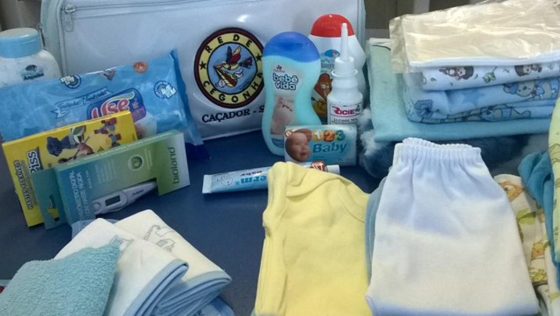 Ensaio fotográfico compara tamanho de bebê prematuro com outros objetos