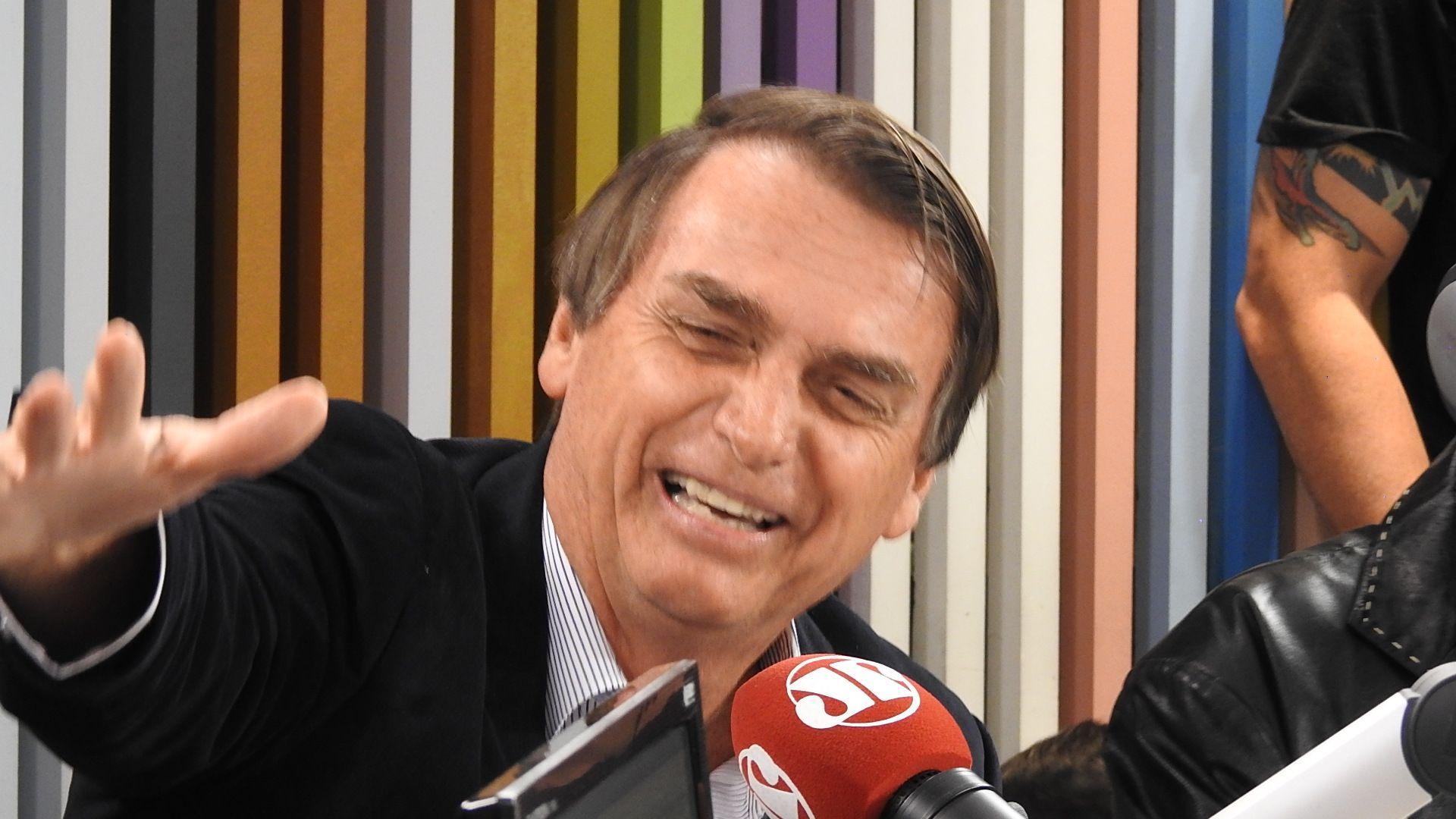 """Bolsonaro faz piada e """"ameaça"""" dar facada em homem"""