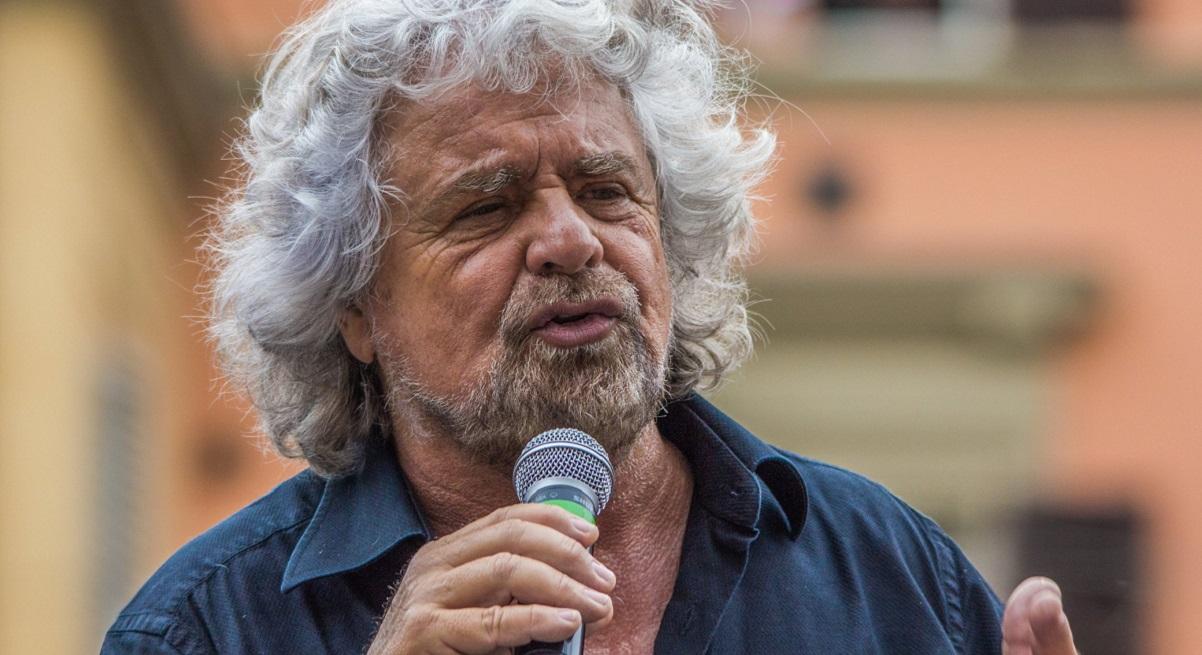 Grillo e Renzi firmano il patto sulla scienza, no-vax attaccano il leader M5S