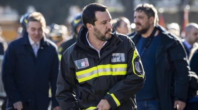 """Renzi attacca Salvini """"esiste una legge che impedisce di indossare le divise"""""""