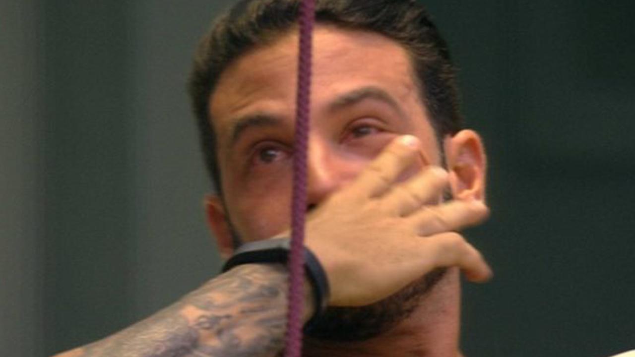 BBB19: Gustavo desabafa e chora muito ao se lembrar da família