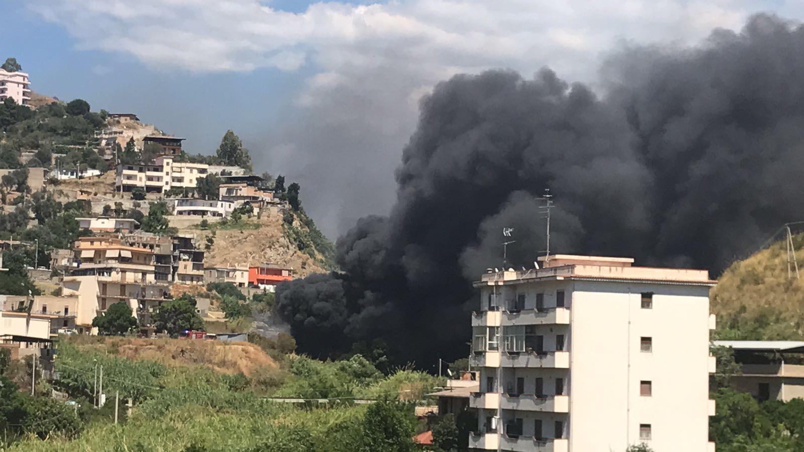 In fiamme baracche S.Ferdinando, un migrante morto