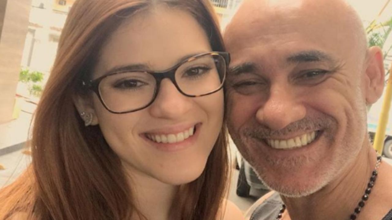 Ex-BBB Ayrton posta foto dando selinho na filha e manda recado para haters