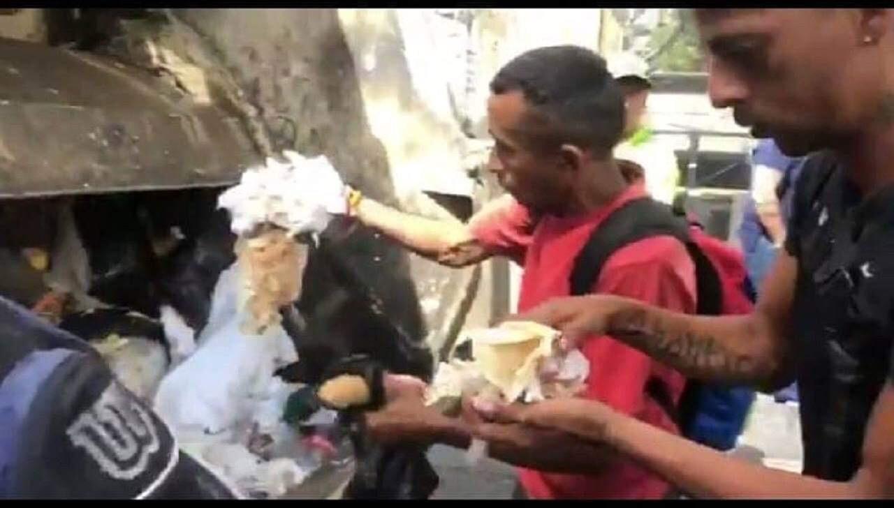 Vídeo mostra venezuelanos comento alimentos que encontram no lixo