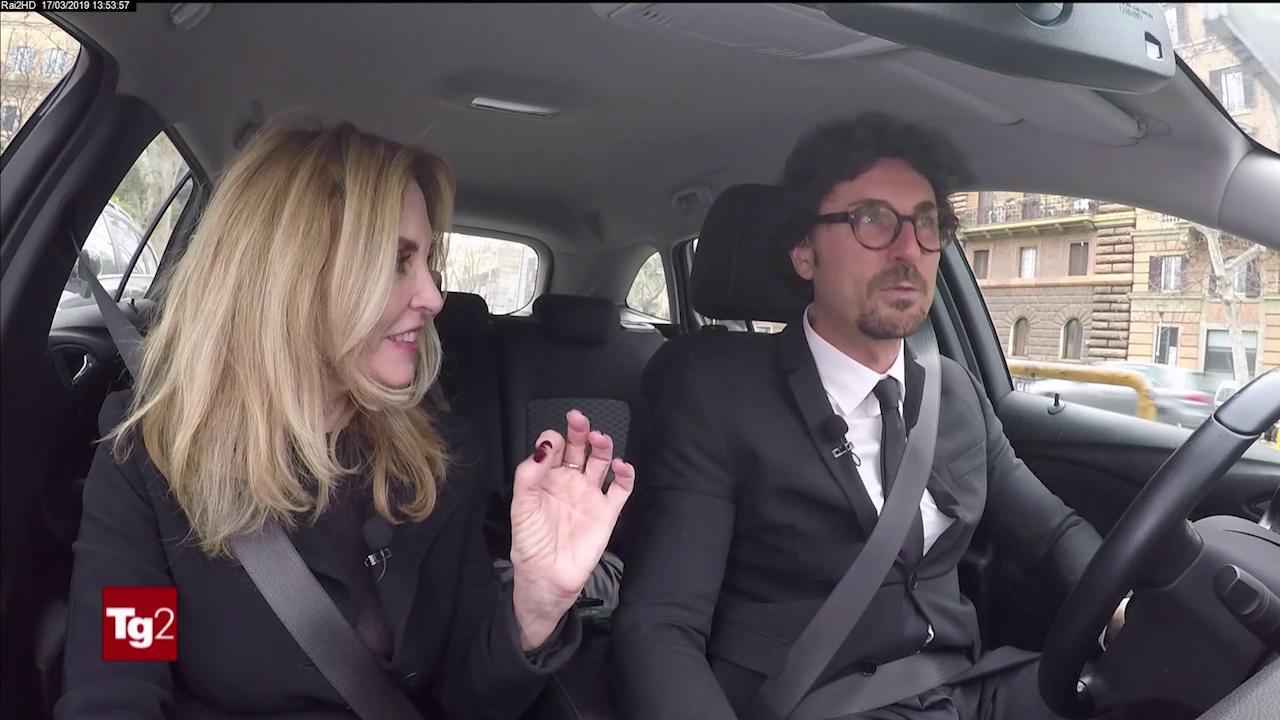 Danilo Toninelli, gaffe a Tg2 Motori: promuove le auto elettriche e compra un Suv Diesel