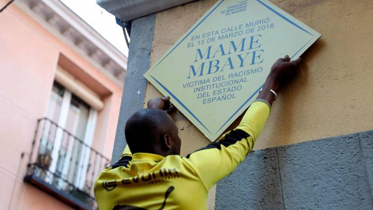 VOX amenaza con retirar la placa en recuerdo a Mame Mbaye si Carmena no lo hace