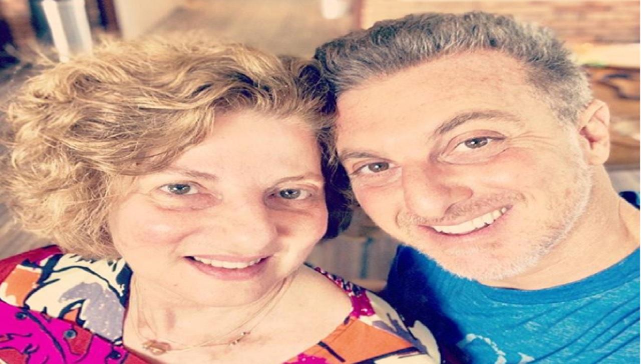 Luciano Huck, compartilha uma foto com a sua mãe e a semelhança deixa todos surpresos.