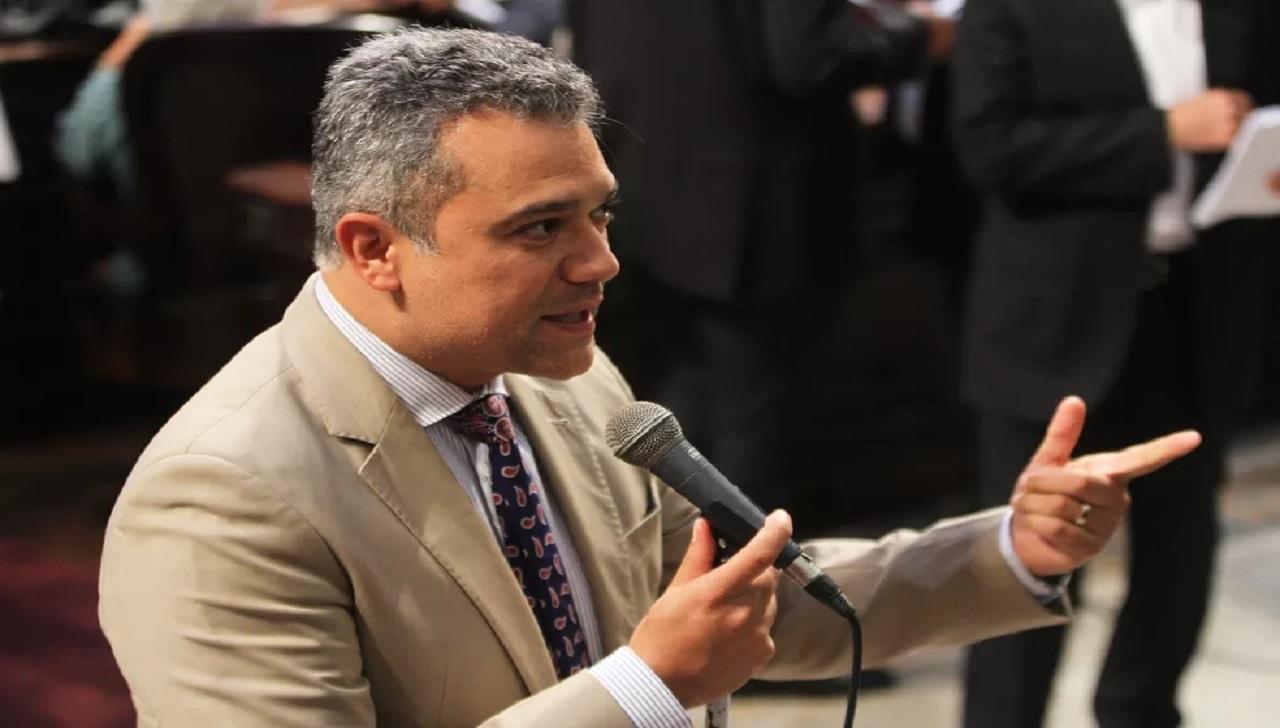 Deputados assinam livro de posse da Alerj mesmo presos