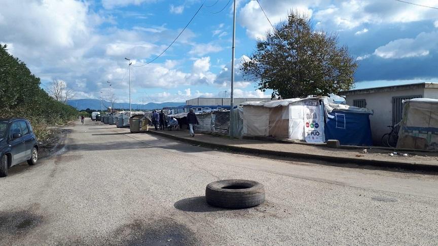 Reggio Calabria, incendio alla tendopoli di San Ferdinando: muore un migrante