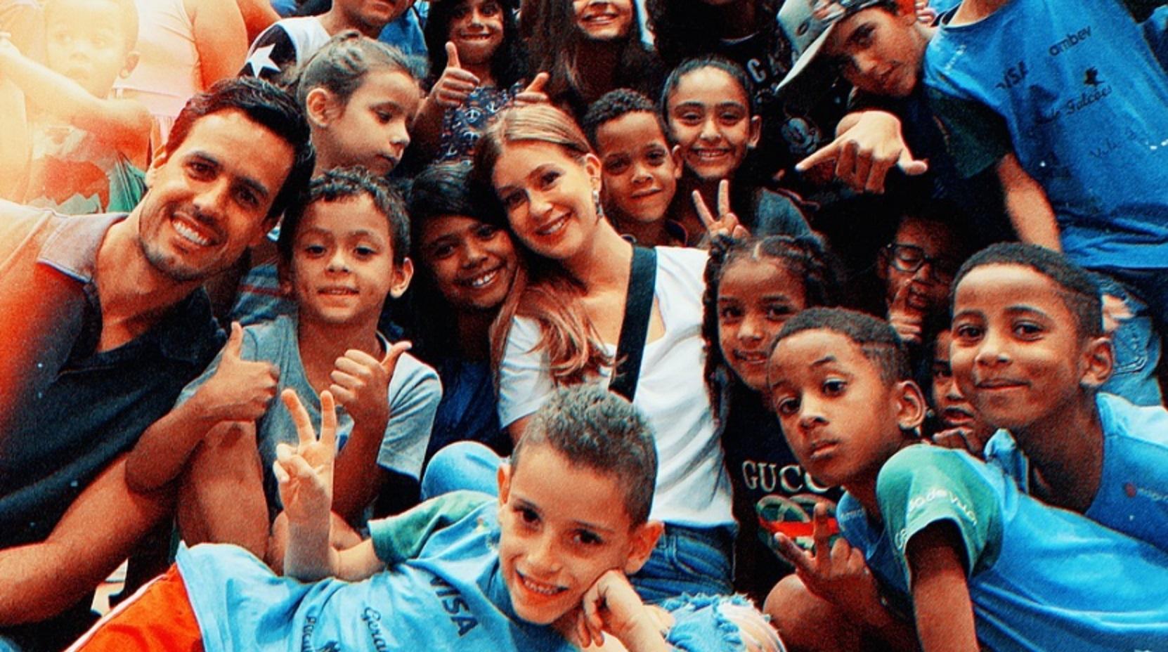Marina Ruy Barbosa se emociona em visita projeto social em comunidade com Xandinho