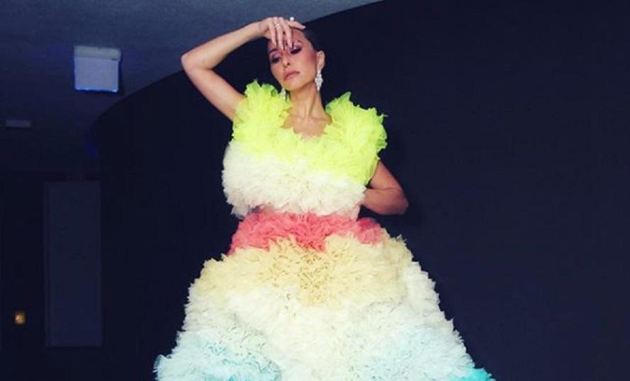 Sabrina Sato usa vestido diferente de 7 kg, com enorme saia e salto 25 no Baile da Vogue