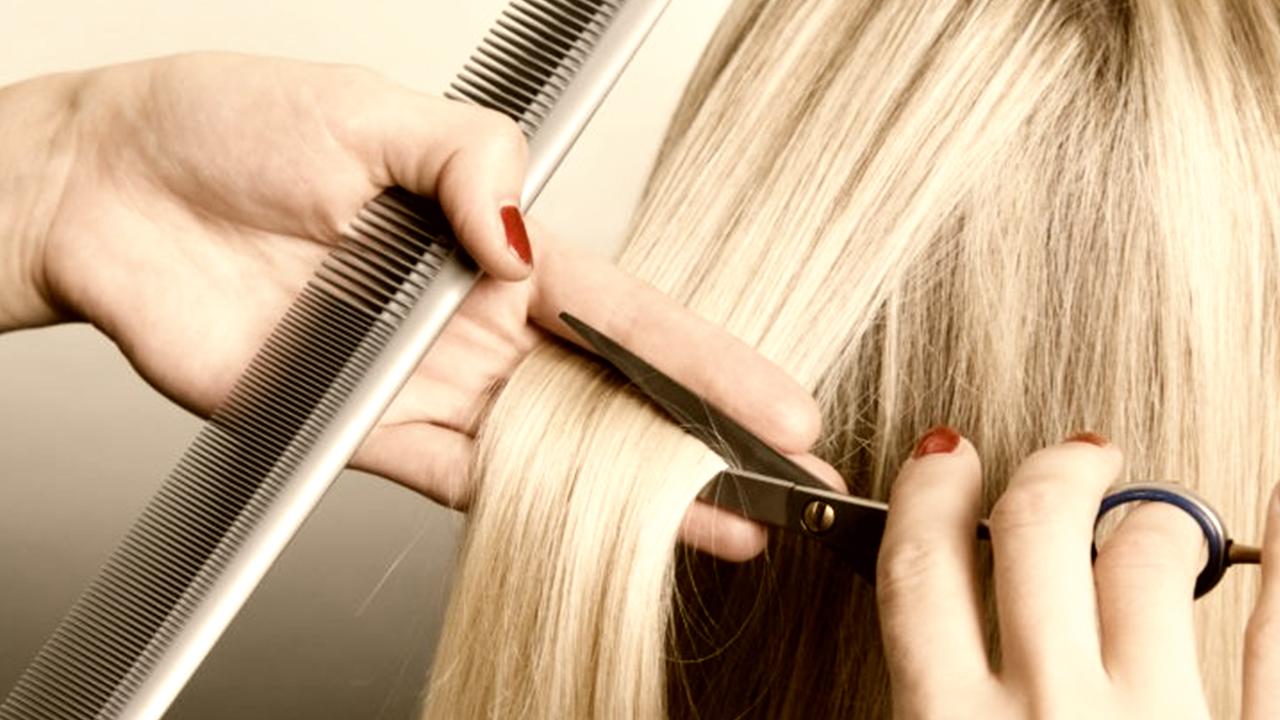 Moda capelli primavera-estate 2019: tonalità cioccolato glossy e pixie cut